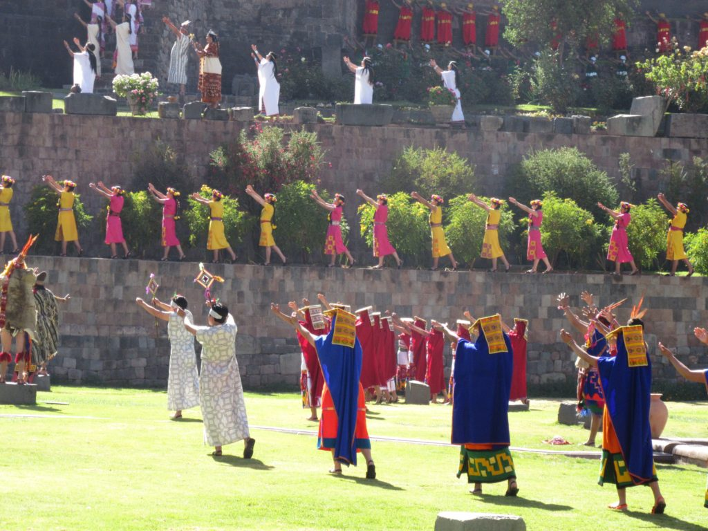 An example of synchronous movement during the Opening Prayer Ceremony at the Qorikancha (Temple of the Sun)